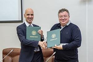 Представитель компании Autodesk (слева) и ректор СПбПУ А.И. Рудской (справа)